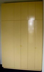 Leg/hangkast in slaapkamer. Kastdiepte 40 cm, hanggedeelte aan zijkant. MDF door opdrachtgever zelf geschilderd in eigengemaakte tint. Ontwerp en uitvoering: Jan van Tiggelen meer foto's