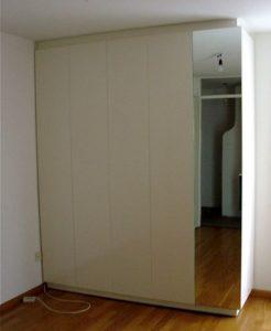 Hang/legkast 60 cm diep met laden en leggedeelte van 40 cm diep aan zijkant. achter spiegel. MDF door opdrachtgeefster geschilderd in eigengemaakte kleur. Jan van Tiggelen