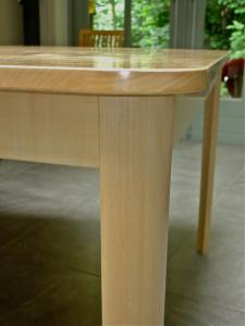 """Tafel: """"SYNCOPE"""": Esdoorn met hardwasolie. Jan van Tiggelen. Tafel is onregelmatige vierhoek met afgeronde hoeken en poten. Afgeleid van """"looplijnen"""" in de keuken. meer foto's."""