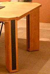 Tafel: Contessa Cornelia Kastanje, zwart kwartsiet, hardwasolie. Jan van Tiggelen. meer foto's