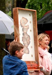 Vitrinekastje in plataan. Jan van Tiggelen. Kastje is voor print op zijde van halfverbrander routekaart uit het vliegtuig om ring door de portretten van de bemanningsleden.