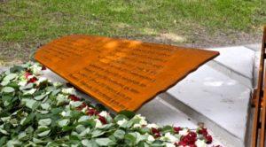 De plaquette met namen van de bemanningsleden